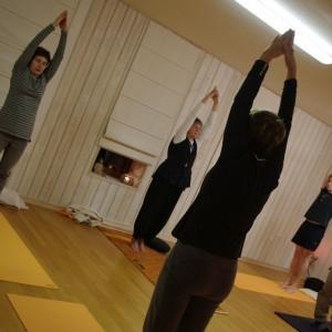 yoga dans la salle à la fois zen et chaleureuse de l'EPY à Tongrinne